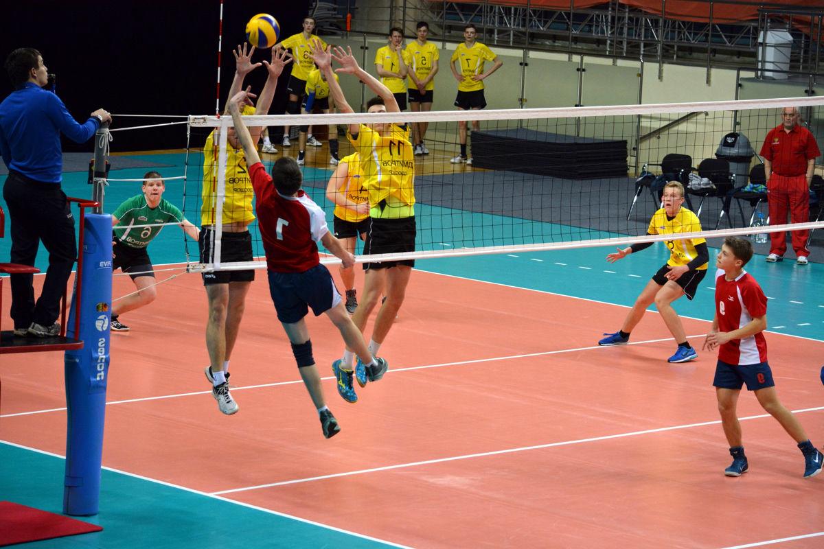 Игра в волейбол мальчиков