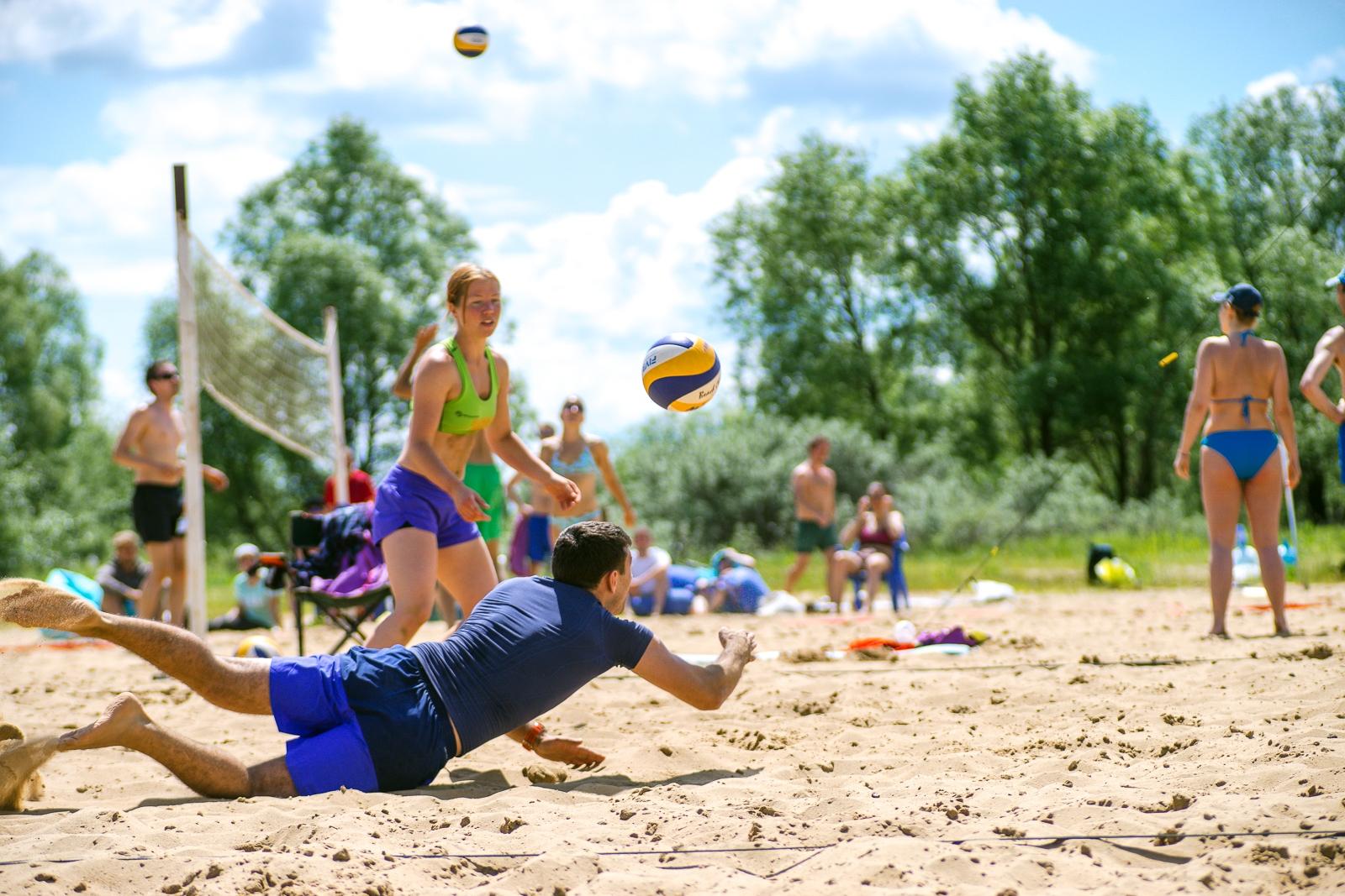 Пляжный волейбол на природе