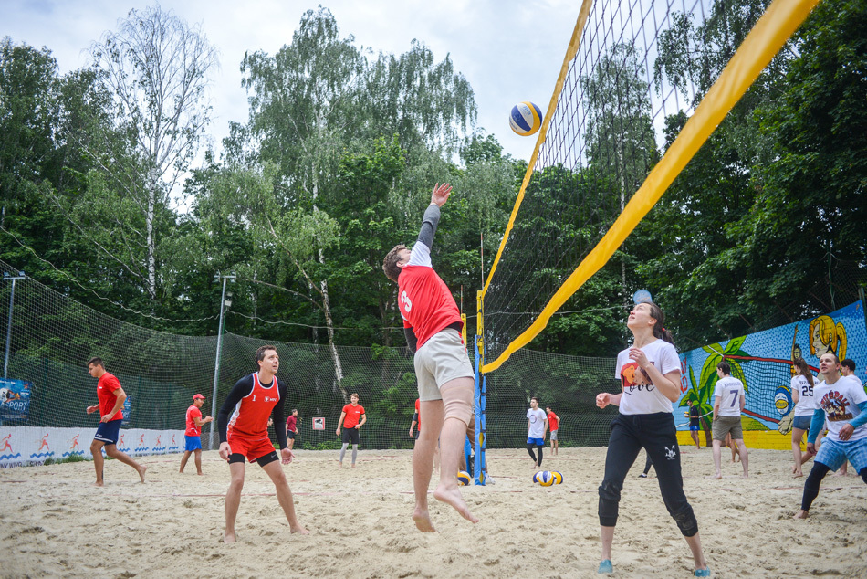 Игра в пляжный волейбол